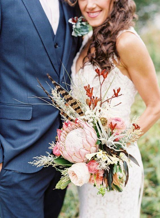 Tendência uso da flor protea para compor o bouquet. Exótica, a protea tem origem na África do Sul. A flor é grande e exuberante.